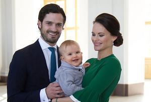 Prins Carl Philip och Prinsessan Sofia tillsammans med sin son Prins Alexander.