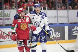 Viktor Amnér och Lukas Eriksson kramar om varandra i en av alla kvalmöten mellan Mora och LIF.