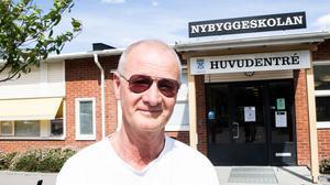 Vaktmästare Stefan Vilmark har jobbat i olika roller på skolan i över 20 år. Det är han och hans kollegor från fastighetsägaren  som får ta hand om saneringen efter att räddningstjänsten lämnat platsen.