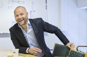 """Kai i ett nötskal. Kai Pasma har ett leende och ett glatt """"hej!"""" i beredskap till var och en. Det är lätt att förstå varför han har kommit långt som hotellchef och ledare. """"Jag älskar att se medarbetare lyckas"""",                 säger han.Foto: Rune Jensen"""