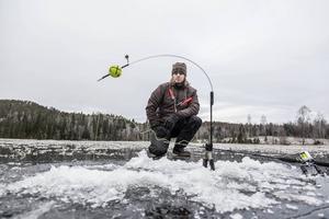 Redo för ismete. Betesfisken är under isen, linan är upphängd i vippan och Niklas Söderlind är beredd om gäddan drar i väg linan och vippan slår upp och signalerar fisk.