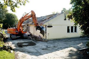 Grävskoporna är nu på plats för att riva det gamla dagiset som ska ge plats åt ett nytt äldreboende.
