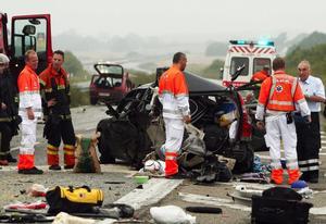 Våldsam kollision. Den 41-årige mannen från Västerdalarna som satt i baksätet på en Volvo dog när bilen blev påkörd bakifrån av en mindre bil vid en bensinstation i Naestved i Danmark klockan fem på söndagsmorgonen. Tre personer i Volvon skadades och fördes till sjukhus för vård. Foto:Claus Hansen