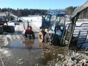 Skotarens släp gick genom Öjesjöns is i morse. Bärgningspådraget pågår fortfarande.