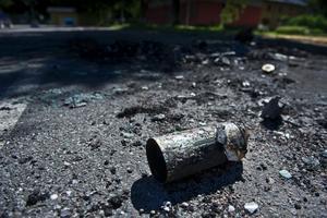 En hel sprejburk - och två exploderade - lämnade kvar vid den utbrända bilen.