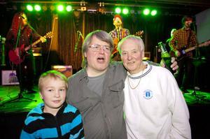 Ingemar Magnusson flankerad av systerson och far och med Sator tillsammans med Emil Kiesbye i bakgrunden.
