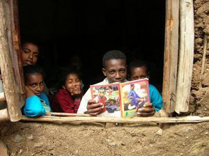 Denna bild tog Hans Strömberg i samband med en resa till Etiopiens huvudstad Addis Abeba och ett skolprojekt. Barnen tittar ut från sitt klassrum.