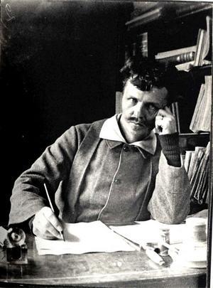 August Strindberg arbetade med Hemsöborna när han tog fotografiet av sig själv 1886.