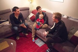 Efter samtalet med Ola Norrman Eriksson har David och Ursa Bonnevier beslutat att skippa julklapparna sins emellan. Sonen Max får paket även i år.