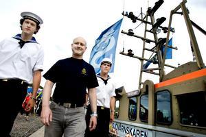 Philip Larm och Per Nordlund från Stockholm och Per Elfsberg från Uppsala är tre av de cirka 150 medlemmar av Sjövärnskåren som gästar Marinfestivalen med ett tiotal av kårens båtar.