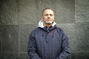 Niclas Lindqvist får inte sina tänder lagade förrän han betalat sina skulder hos folktandvården.