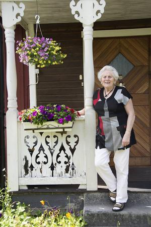 Lisbeth Kernell bor i föräldrahemmet i Norrhassel. Mamma var från Ångermanland, pappa från Hälsingland. Då passade det bra att hon själv blev Medelpading.