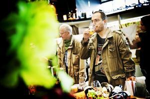 Daniel-Roland Cap från Örebro passade på att provsmaka öl och vin från Ungerska vinhuset.