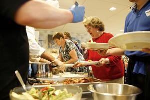Eldsjälen Lilian Hjort i full gång med att servera gästerna mat.