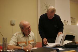 Sören Edh, ordförande i byavakten i Bergsjö, och Bengt Wigge, sekretare i föreningen, lägger upp planerna inför vintern.