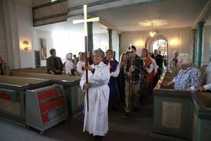 Processionen tågar in med diakon Kristina Björklund som ledare.