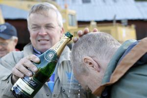 Efter flygturen ska man döpas i champagne. Här är det Per Karlsson som får bubbel i håret av Lars Ekstedt.
