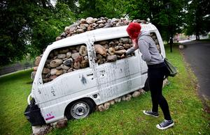 2011. Stenfylld minibuss.