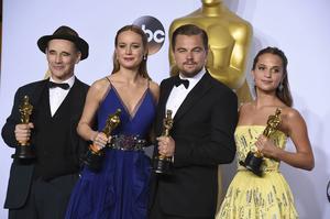 Vinnarna i skådespelarkategorierna, Mark Rylance, Brie Larson, Leonardo DiCaprio och Alicia Vikander, poserar i pressrummet efter prisutdelningen.