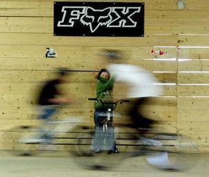 Carl Strandlund tittar på medan kompisarna åker. Det var när han såg BMX på teve som han blev sugen på att börja åka själv.