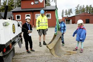 Precision. Niklas Larsson kör lyftkranen som hör till bandvagnen, under överseende av Lasse Hammarbacken. Joakim Andersson och Molly Bonde väntar på sin tur.