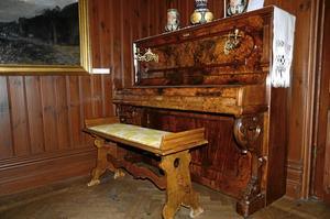 Hemma igen. Pianot skänktes 1885 av Karin Larssons föräldrar till deras guddotter Hilda Bergöö.Foto: Jenny Tegnér