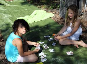 Jasmine Jansson och Emmy Karlsson spelar Gurkan.