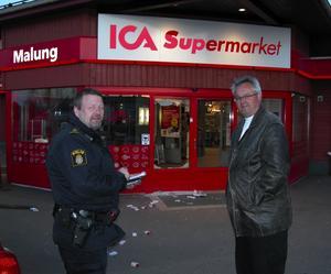 Cigarettkupp. Ica-butiken i centrala Malung utsattes tidigt på torsdagsmorgonen för en cigarettkupp. Ett par maskerade män bröt sig in i butiken. Här polisman Björn Karelius och ICA-chefen Kjell Olofsson utanför entrén där man slog sig in med träpåkar. Foto: SÖREN HAGA