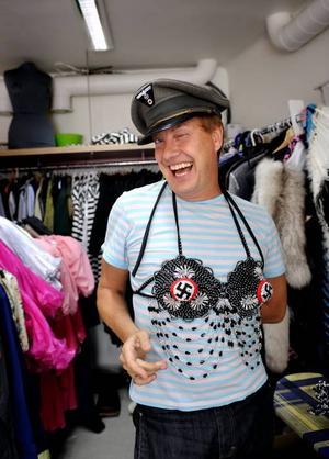 Glad i dag. Lars-Åke Wilhelmsson från Furuvik. Allas vår vän Babsan sydde upp 440 (!) kostymer till den svenska versionen av tidernas framgångsrikaste musikal på Broadway. I går kväll belönades han på Guldmaskengalan.