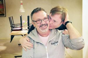 Christer Ringh får en uppskattande kram från bowlaren Olle Vidén.