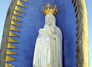 Madonnan vid Vågen knyter an till Haaken Gullesons träskulpturer i Bollnäs kyrka.