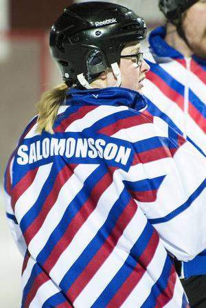 Ida Salomonsson, här när hon dömde match under jullovet hemma i Östersund, är en av tre svenska domare som tagits ut till bandy-VM i USA den här veckan.