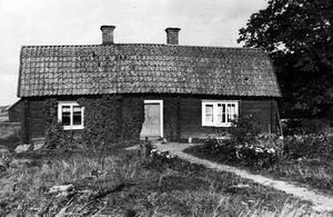 Västergården. Den här mangårdsbyggnaden var en så kallad parstuga och hade brutet tak.