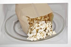 Förpackningar för bland annat mikropopcorn innehåller förbjudna miljögifter.   Foto Shutterstock