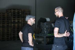 Ernesto Huete från Spanien ska öppna bar i Madrid och vill lära mer om Oppigårds öl. Anders Wikén (till höger) guidar och berättar.