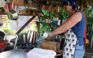 Det tar cirka sex timmar att koka messmör. Den sjudande vasslan måste passas hela tiden och alla redskap ska diskas noga, berättar Annelie Lundin.