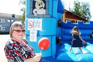 Kerstin Stener håller koll på barnbarnen i hoppborgen.