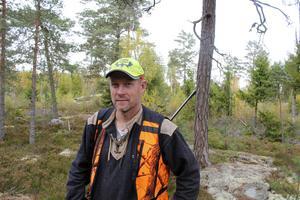 Nils Erik Liiw, eftersöksjägare, är trött på att trafikanter inte sänker hastigheterna kring områden med mycket vilt.