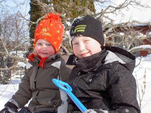 Philip och Elsa, från Dingtuna, var och busade i snön hos mormor och morfar i Tillberga på sportlovet.