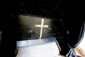 5. Ett kors vid kistans huvudända.