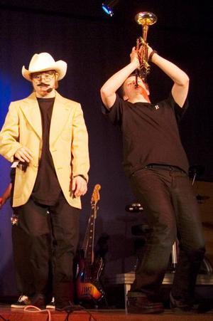 """Björn Högberg, till höger, trakterade flera olika instrument med fantastisk utstrålning och energi. Här går han loss på trumpeten  i  """"Mambo no 5"""".  Lead singer är  Daniel Henriksson."""