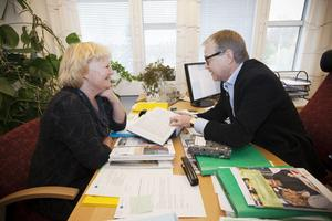 Marie-Louise Dangardt måste hitta besparingar på 15–20 miljoner kronor till nästa år.Kommunalråd och kommunchef (Ulf Strömstedt) i samtal.