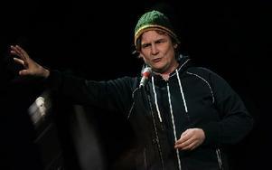 Showaren Patrik Johansson kittade mellan scenbytena. Foto: Staffan Björklund