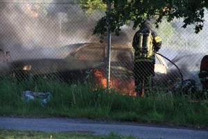 Räddningstjänsten fick rycka ut när flera bilar brann tidigt på fredagsmorgonen.