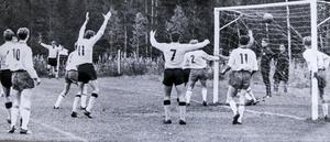 Det krävdes minst ett oavgjort resultat i seriefinalen mot Ope för att Myssjö IF skulle klara avancemanget upp till division tre. Det löste sig i slutsekunderna efter en hörna av Börje Svedjesten som nickades i mål av Leif Wikner.
