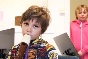 Det finns blockflöjtar i alla storlekar, och Kevin Obarius, 7 år, testade alla.