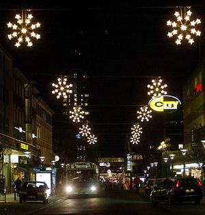 Var det rentav bättre förr? Så här såg den gamla belysningen vid Stora gatan ut.