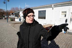 Eva Östlund, 56, Lillåudden, tycker att det är en bra idé att riva servicebyggnaden på Färjkajen.