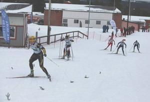 Svegs IK hängde med bra i semifinalen och lagets tid räckte till final. Emma Thalin spurtade förbi Sävast och nådde nästan fram till Åsarnas andralag.