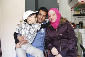 Ryad Alrefaai och Rania Alrefaai tillsammans med sonen Nour.